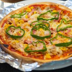 おうちごはん部/料理/献立/夕食/晩ごはん/家庭料理/... ある日のおうちピザ。 市販のピザ生地にピ…