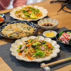 カネコ小兵製陶所 リンカ 24cmプレート(皿)を使ったクチコミ「ある日の晩ごはん ・焼うどん ・ニラと玉…」(1枚目)