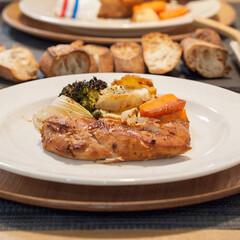 ローストチキン/クリスマス/おうちごはん/クリスマスディナー/手作りごはん/ごはん おうちでクリスマスディナー。 鶏胸肉のロ…(1枚目)