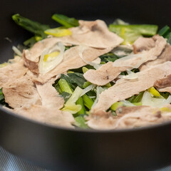 おうちごはん部/料理/献立/staub キャベツと小松菜と長ネギを鍋にどさっと入…