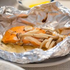 わたしのごはん/鮭/レシピ/おうちごはん部/料理 塩鮭を使ってホイル焼きに。 玉ねぎとしめ…(1枚目)