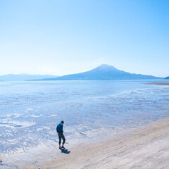 鹿児島/桜島/旅の記録/風景/自然/旅 海岸沿いを歩くダンナと桜島のショットw。…