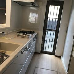 住まい/キッチン/建築/シンク/勝手口/注文住宅 キッチンに勝手口便利🚪 キッチンはグレー…