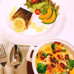 おうちご飯 昨晩は 紅鮭レモンソース。 グラタンは軽…