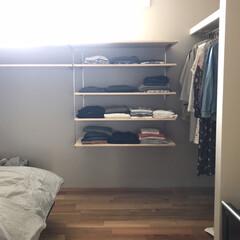 服の収納/クローゼット/オープンクローゼット/インテリア/DIY/収納/... 3連休初日はおこもりを謳歌するべく 寝室…(1枚目)