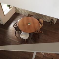 吹抜けのある家/吹き抜け/円卓/無垢材/無垢材ダイニングテーブル/家具/... 吹き抜けから見たダイニングテーブル♬ 円…