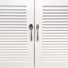 ルーバー扉/真鍮/取っ手/収納/キッチン/ここが好き キッチンの食器棚の扉 ルーバー扉になって…