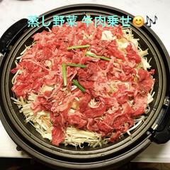 蒸し野菜/おうちごはん 色々な野菜に牛肉のスライスを乗せて☝️ …