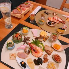 あけましておめでとうございます/お正月/肉寿司/並べただけ/おせち/美的センスボロボロ 🎍あけましておめでとうございます🎍   …