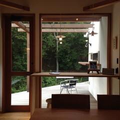 北欧/北欧インテリア/ウッドデッキ/ダイニング/カウンター/窓/... 大きな窓とカウンター、森が見えるダイニン…