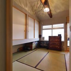 和室/梁/リノベーション/建築/家具/アンティーク/... 古い梁と勾配天井のある畳敷の寝室 「昭和…