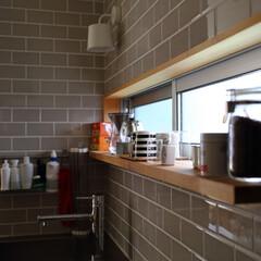 キッチン/窓/カウンター/タイル/北欧インテリア/北欧/... キッチンの前に小さなカウンターのある窓。…