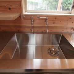 水栓/キッチン/キッチン収納/住まい/ステンレスシンク/ステンレスキッチン/... 壁付の水栓のあるキッチン 「森を望む家」…