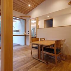 北欧/北欧インテリア/ダイニング/間仕切/勾配天井/木の家/... 間仕切り壁のあるダイニング 「森を望む家…