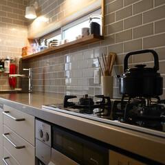 キッチン/タイル/サブウェイタイル/北欧/北欧インテリア/オーダーキッチン/... グレータイルとステンレスカウンターのキッ…