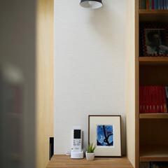 本棚/廊下/ブラケット照明/天窓/女性建築士/住まい/... 2階廊下の本棚 「都会の小さな森の家」M…