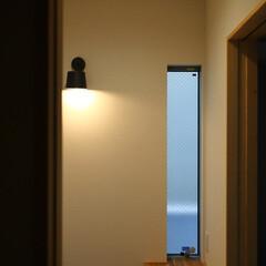 玄関/ブラケット照明/照明/新築住宅/住まい 黒マットのブラケット照明がある玄関 「都…