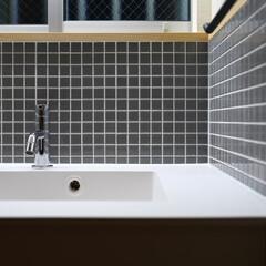 モザイクタイル/洗面台/タイル/洗面/白/新築住宅/... グレーのモザイクタイルとシャープな白の洗…