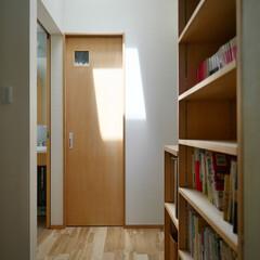 建築/住まい/不動産・住宅/ライフスタイル/暮らし/個室/... 天窓のある2階廊下と本棚 「都会の小さな…
