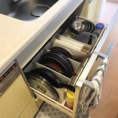 取り出しやすい収納/シンプルな暮らし/ファイルボックス/無印ファイルボックス/フライパン収納/収納/... 我が家のフライパン収納。 シンク下の引き…