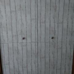 リビング/築30年/モロッカン/セリア/リメイクシートで大変身/DIY/... リビング収納の扉にリメイクシートを貼りま…(1枚目)