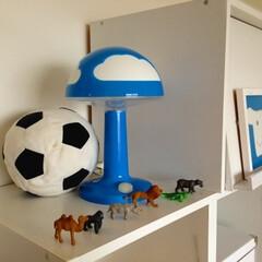 キッズルーム/おもちゃ収納/棚 IKEAのサッカーボールとランプを飾って…
