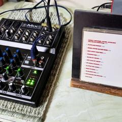 楽器/ディスプレイ/CD/ミキサー/ひらた店長/店長/... 店長の自室の楽器コーナーのテーブルの上。…
