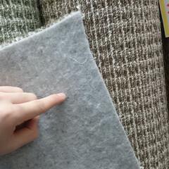 滑り止め/不織布/じゅうたん/カーペット/ひらた家具店 店長が指差しているのはカーペットの裏側な…