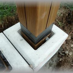 垂直/モルタル固定/フェンス柱/アレンジ柱/デザイン/スリットフェンス/... 基礎ブロックと柱の間に小石等を入れ柱を固…