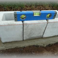 フェンスブロック/フェンス基礎/モルタル/水平器/水準器/レベル/... フェンス用ブロックの水平出し 100角穴…