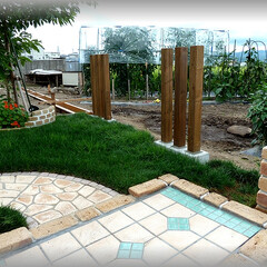 木製フェンス/フェンス基礎/天然木/スリットフェンス/洋風フェンス/芝庭 通常の木製フェンス柱を並べてデザインしま…