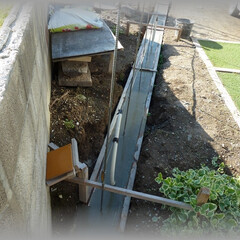 diy201604/基礎仕上げ/天端モルタル/コンクリート/型枠/面木/... ひたひたに満タンに打設すると 型枠からは…