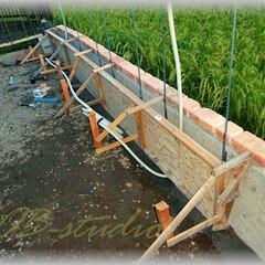 ライト配管/型枠/基礎/鉄筋/ブロック塀/塗り壁/... 既存の基礎の手前に新たに基礎を造り隣の塀…(1枚目)