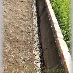 基礎/下地/栗石/砕石/路盤/固める 元々あった土留め基礎と新たにDIYしてい…