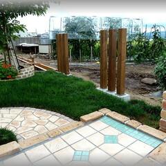 スリットフェンス/DIY/フェンス柱/基礎石/天然木/自然 フェンス柱を使ってスリットフェンスをDI…
