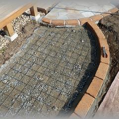 基礎コンクリート/ワイヤーメッシュ/鉄筋/小路/乱張り基礎 ワイヤーメッシュは砕石面より少し浮かせて…