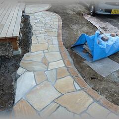 乱張り/小路DIY/石張り/目地/目地モルタル/セメント 目地入れをして完成です。 ウッドデッキ前…