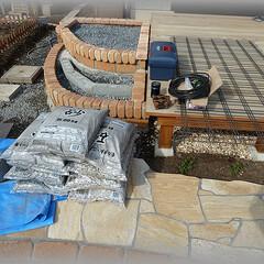 基礎コンクリート/ワイヤーメッシュ/砂砕石/セメント これからコンクリートの打設です。 ミキサ…