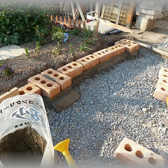 レンガ柱/積みレンガ/花壇DIY/囲い この花壇には3本のレンガ柱を積みます。 …