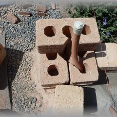 パイプ/配管/ランプ配管/地下埋/レンガ/ナイトガーデン 一段目の配管はレンガの穴に通しました。 …