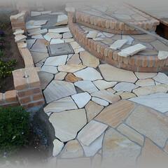 天然石/石張り/乱張り/石割/目地 ウッドデッキ前からの小路に繋げるようにし…