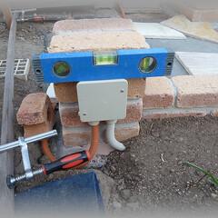 基礎コンクリ/小路/DIY/配管埋設/ナイトガーデン/イルミ PF管を花壇の中に埋設し、レンガ柱部に中…(1枚目)
