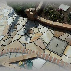 廃水枡/石張り乱形/天然石/アルビノイエロー 排水桝に向かってすり鉢状にレベルを合わせ…
