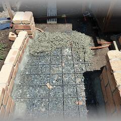 小路DIY/コンクリート/乱張り/天然石/基礎 二股に分かれる小路の続きです  基礎のコ…