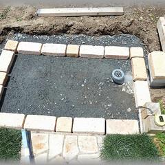 洗い場/流し/レンガ/枠造り/基礎 仕上り高さを逆算して、土をすき 砕石を入…