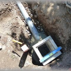 浸透桝/雨水桝/配管経路/セメント/塩ビパイプ 二番目の桝です ここから90°方向を変え…