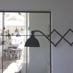 アンティーク/照明/アイアン/造作/書斎/室内窓/... リビング続きの書斎からの眺め。 室内窓を…