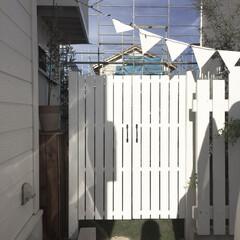 ガーデンフェンス/おうち/庭/ガーデン/扉DIY/すのこ/... 駐車場側の庭の入り口から庭が丸見えだった…