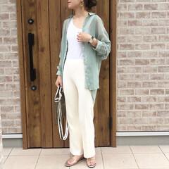 ママコーデ/シアーシャツ/ファッション/おしゃれ/夏ファッション オールホワイトな上下に、ミントグリーンの…