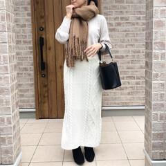 マフラー/ニットスカート/ママコーデ/ファッション ホワイトニットとホワイトケーブルニットス…